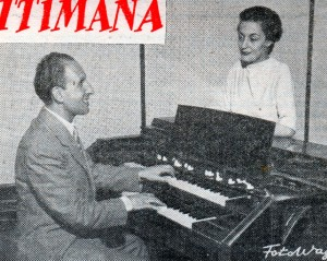 Lia Origoni e Umberto Chiocchio mentre ascoltano sull'organo elettrico gli effetti timbrici di un nuovo motivo